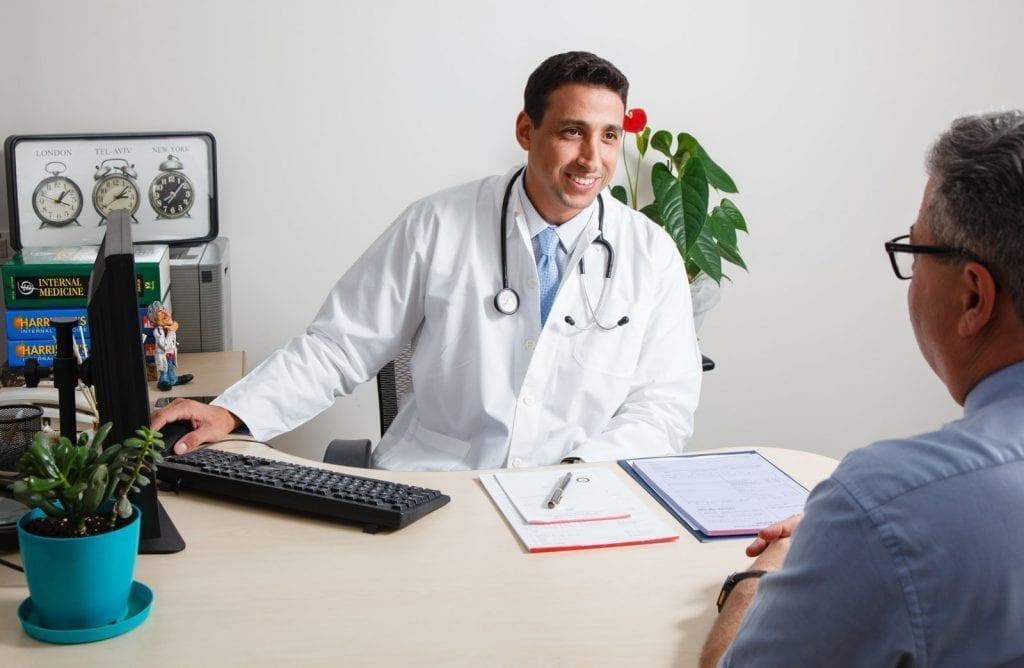 """ד""""ר אסף בר אל בודק מטופל שיש לו תסמינים של גידול בכליה. הסימפטומים של הגידול מתאימים לגידול ממאיר"""